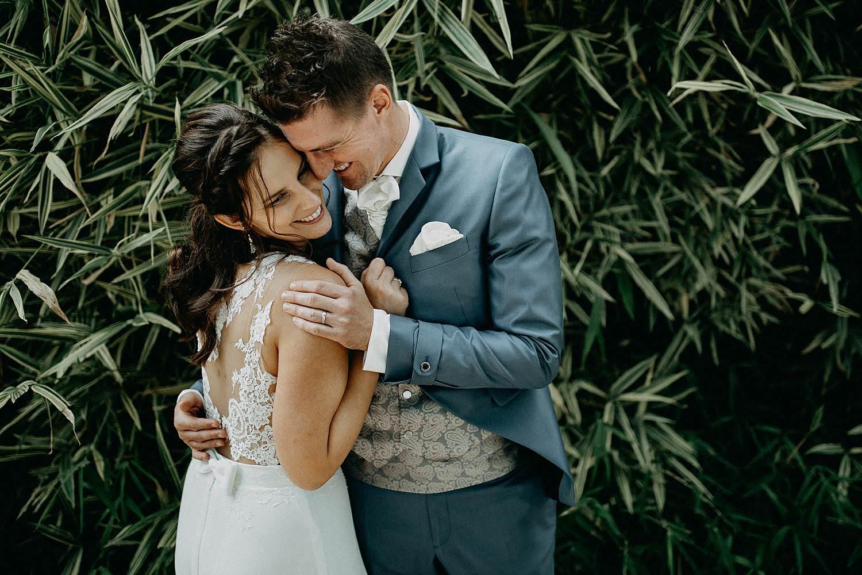 't Driessent trouwreportage bruidspaar knuffelt