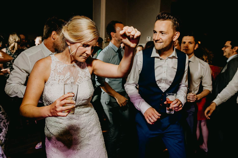 Trouwfeest bruidspaar danst