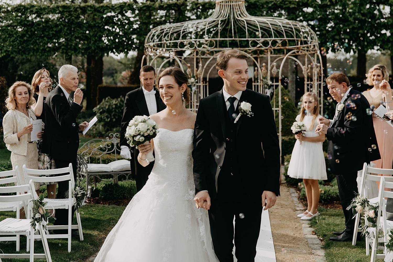 Uitrede bruidspaar buitenceremony