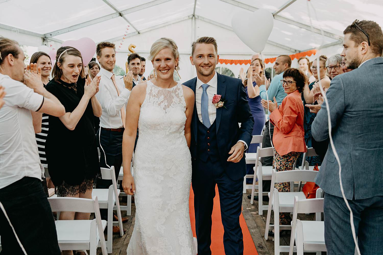 Uittrede bruidspaar binnenceremonie tent De Venkel