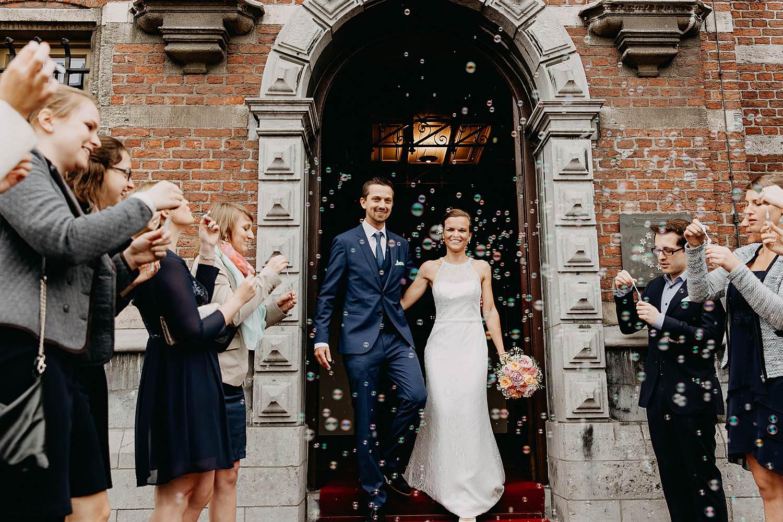 uittrede bruidspaar met confetti gemeentehuis