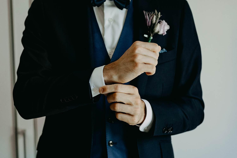 Voorbereiding bruidegom dichtknopen vest