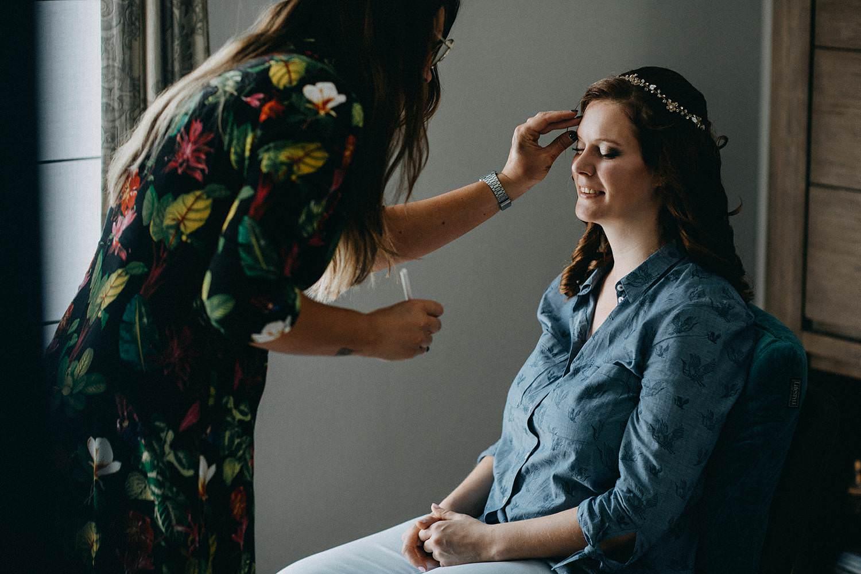 Voorbereiding make-up bruid huwelijk