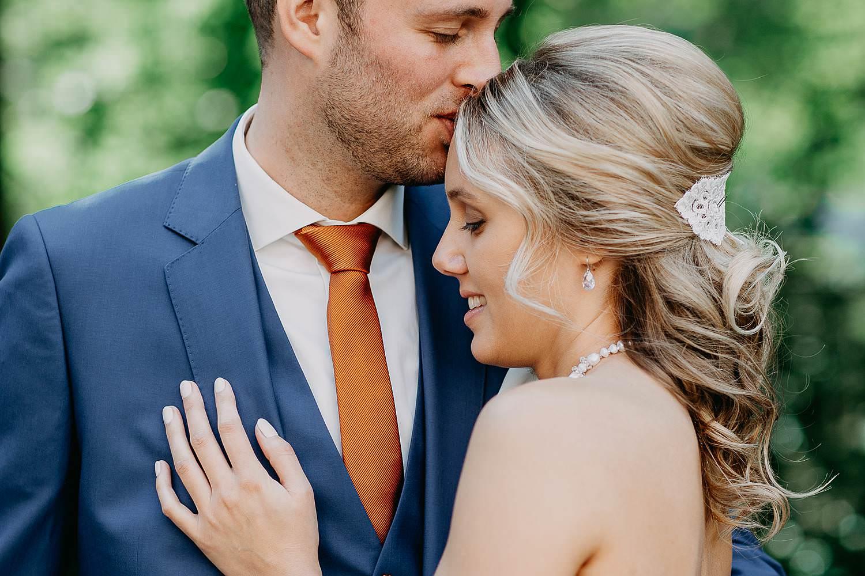 Vorselaar huwelijksreportage bruidspaar knuffelt