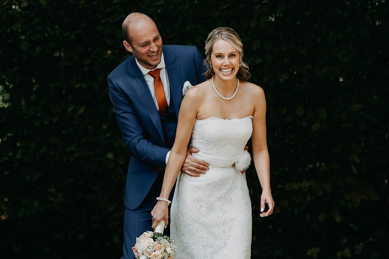 Vorselaar trouwreportage bruidegom grijpt bruid