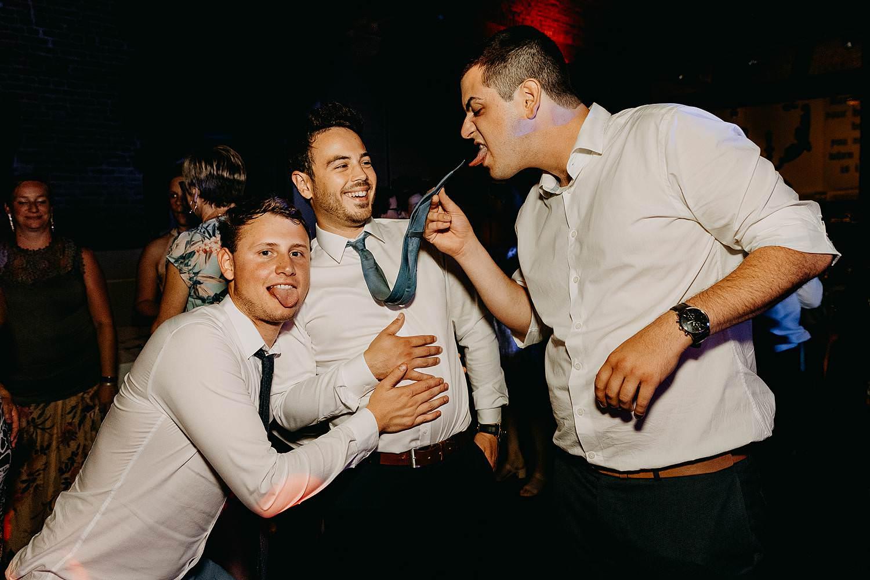 vrienden maken plezier huwelijk dansvloer