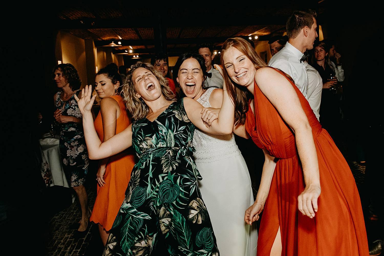 vriendinnen dansen huwelijk plezier