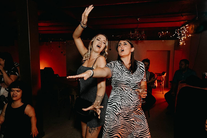 vriendinnen huwelijksfeest dansvloer