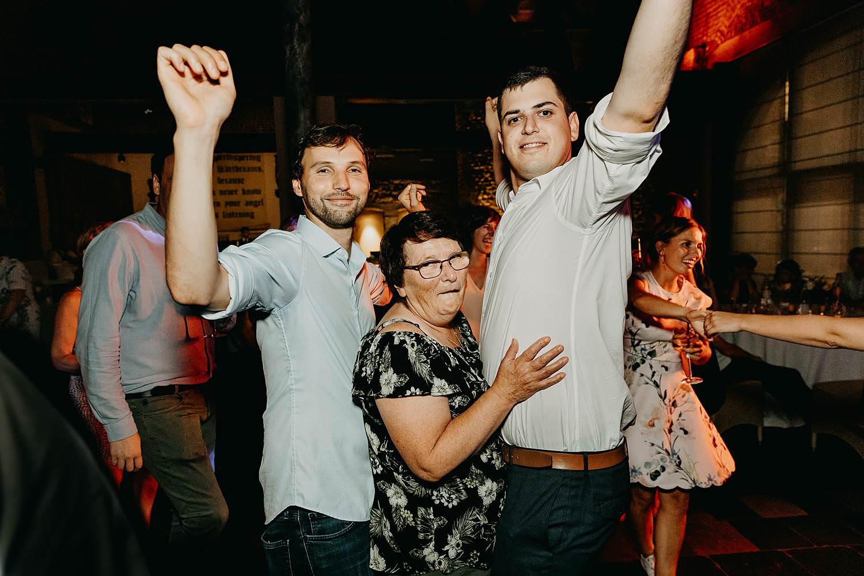 vrouw dans tussen heren huwelijk