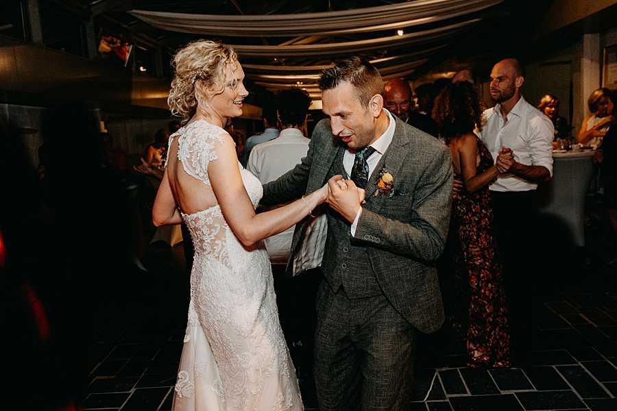 bruidspaar danst