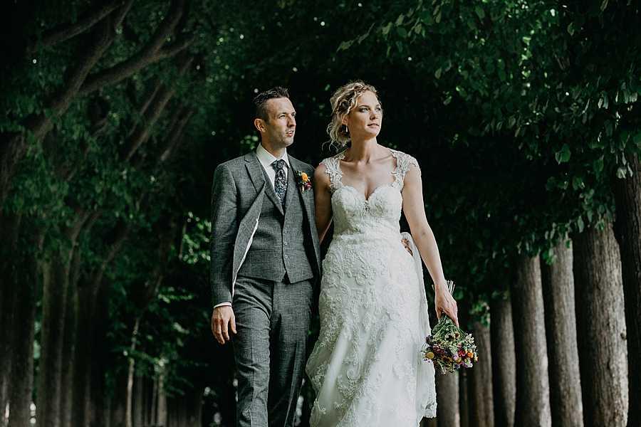 Wijnkasteel Genoelselderen bruidspaar wandelt in dreef