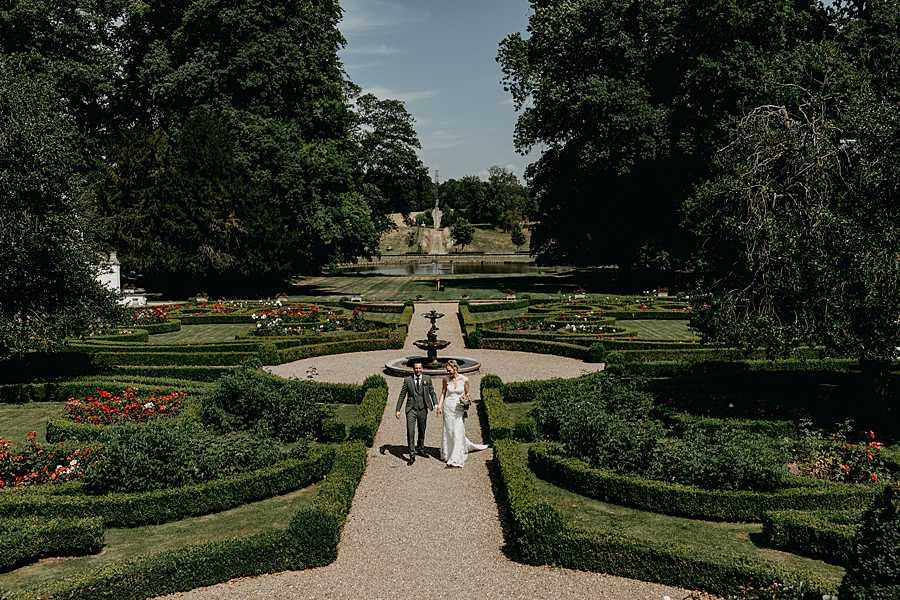 Wijnkasteel Genoelselderen bruidspaar wandelt in tuin