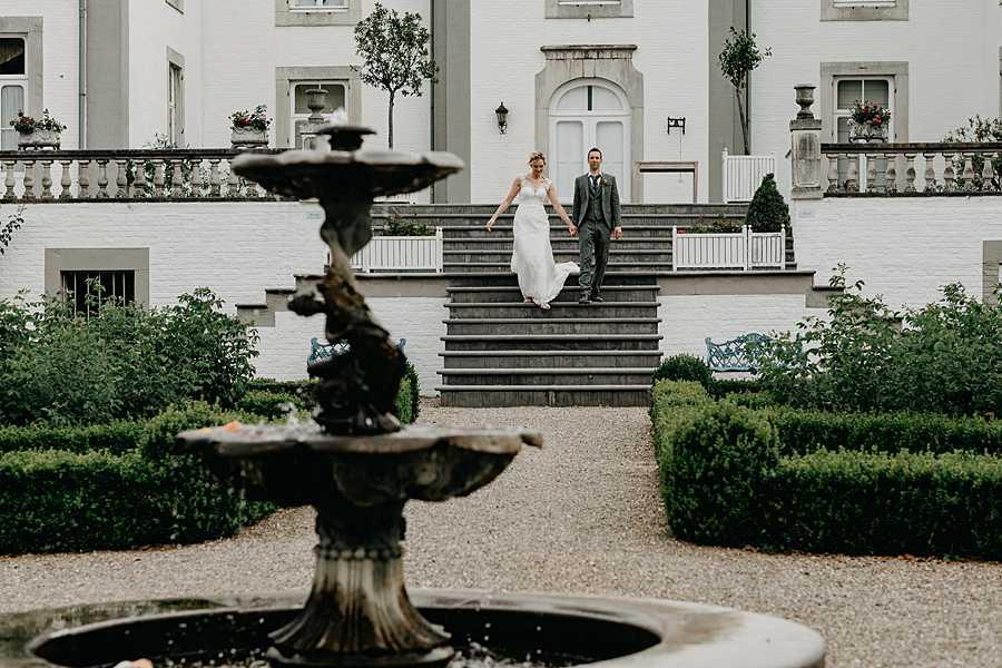 Wijnkasteel Genoelselderen bruidspaar wandelt van trap