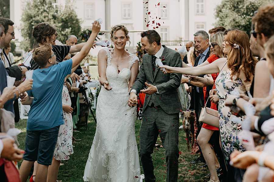 Wijnkasteel Genoelselderen uittrede bruidspaar confetti
