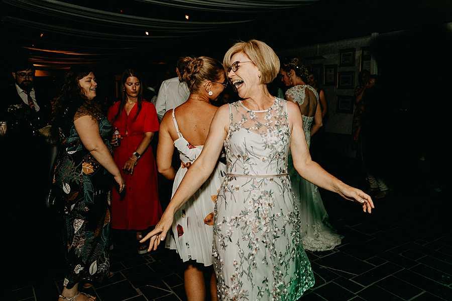 Wijnkasteel trouwfeest gasten dansen