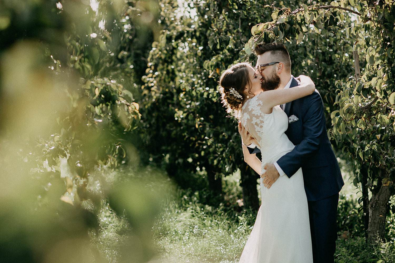 Zepperen bruidspaar kust in appelplantage