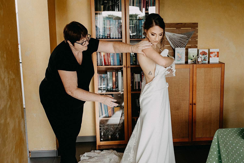 Zepperen huwelijk aankleden bruid