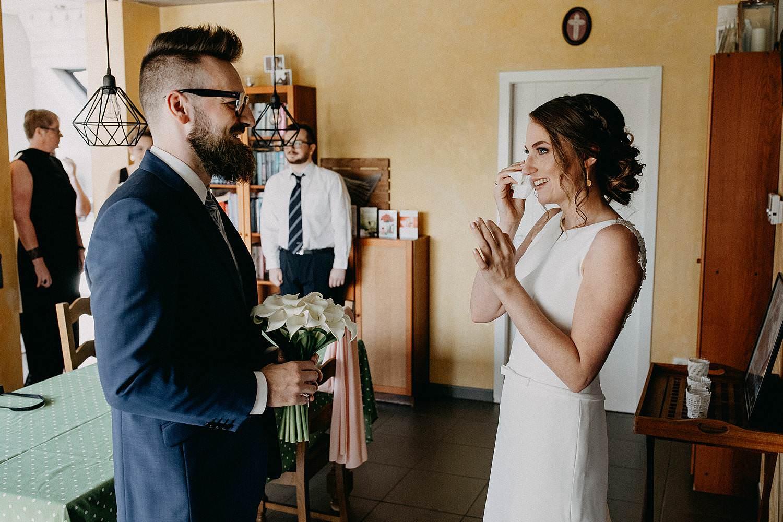 Zepperen huwelijk first look in woonkamer