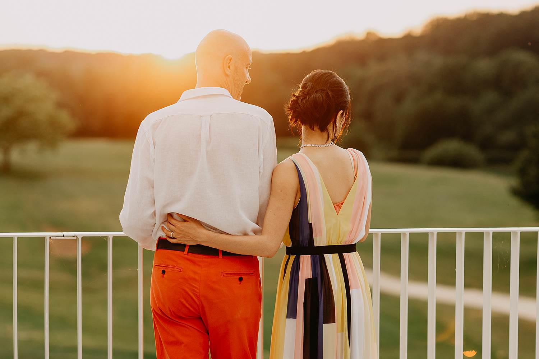 zonsondergang bruidspaar op golfterrein