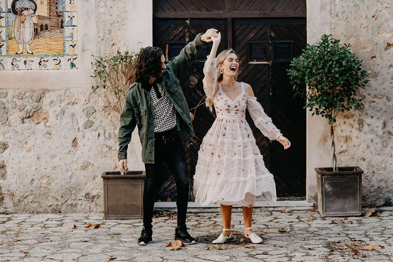 Koppel danst bruidspaar