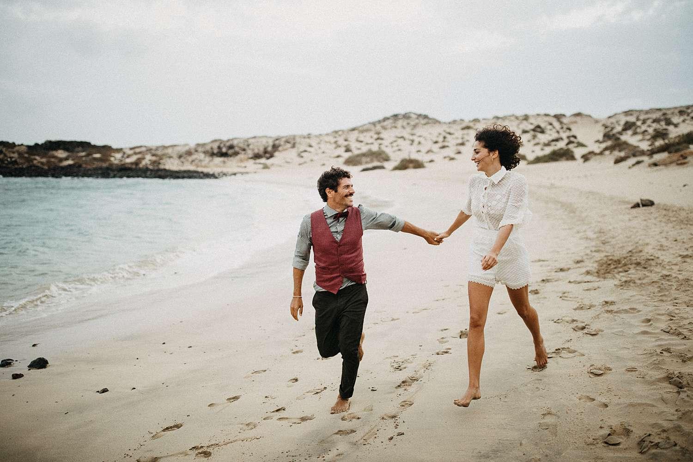 Ontspannen loveshoot met beweging op het strand