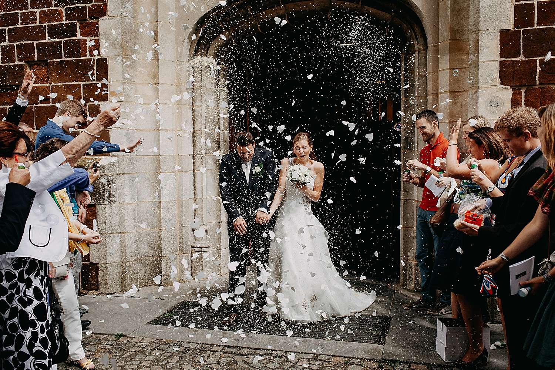 Uittrede bruidspaar kerk Kuringen met rijst gooien