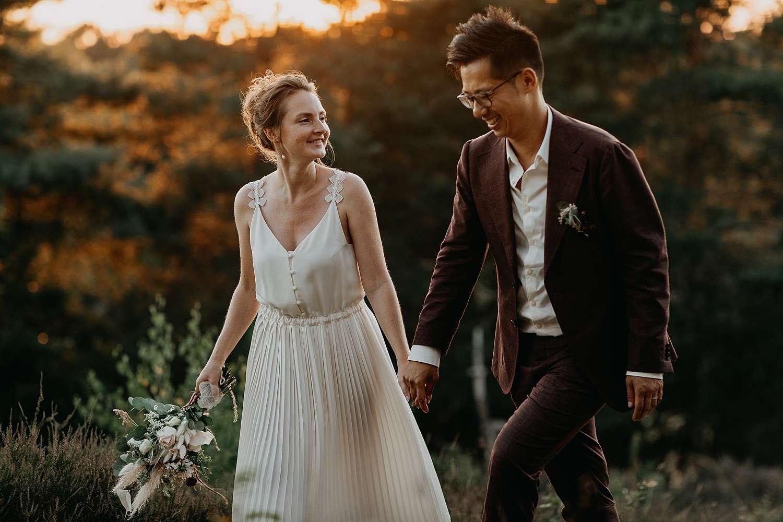 bruidspaar wandelt hand in hand op de Teut