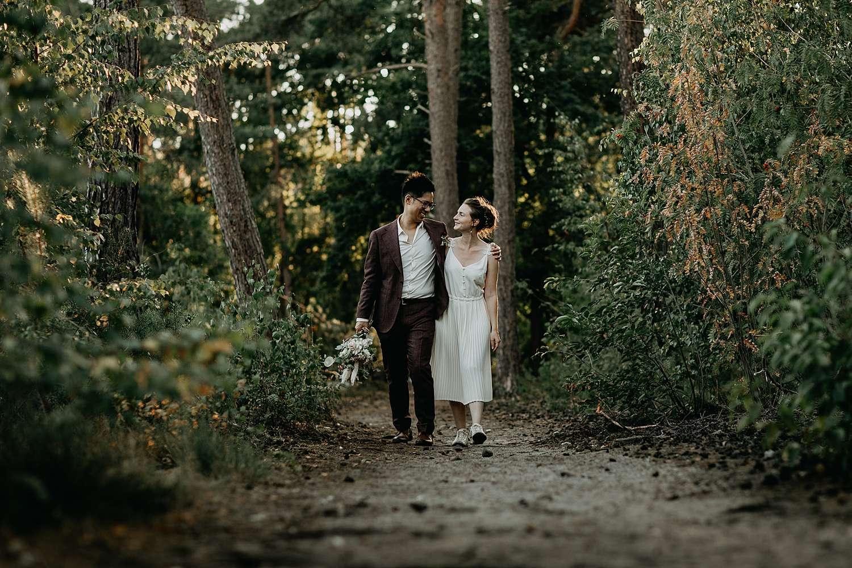 Bruidspaar wandelt in bos De Teut Zonhoven