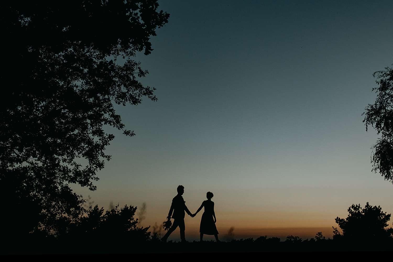 Bruidspaar wandelt zonsondergang De Teut Zonhoven