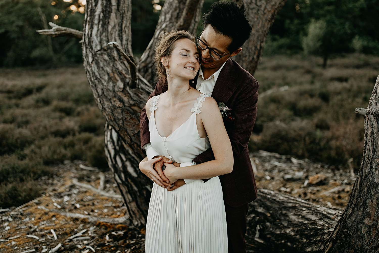 De Teut Zonhoven bruidspaar knuffelt