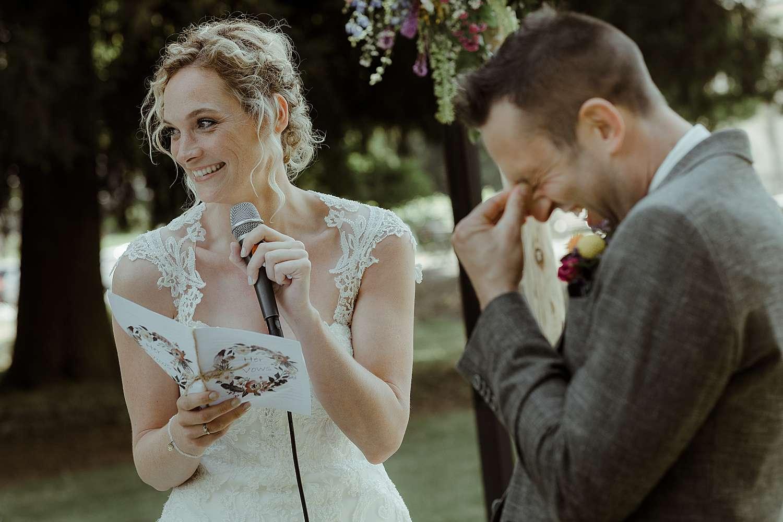 emotioneel bruidspaar ceremonie Wijnkasteel Genoelselderen