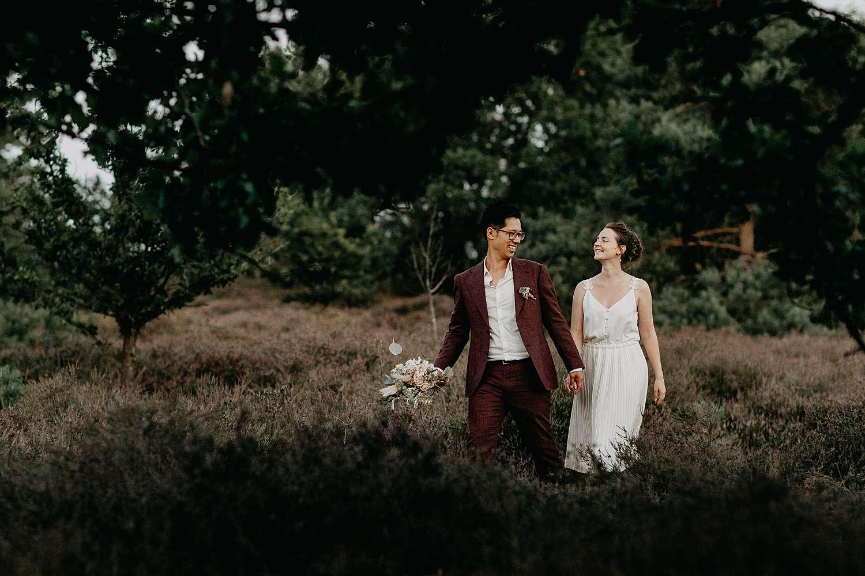 Huwelijk Hasselt bruidspaar wandelt op de Teut