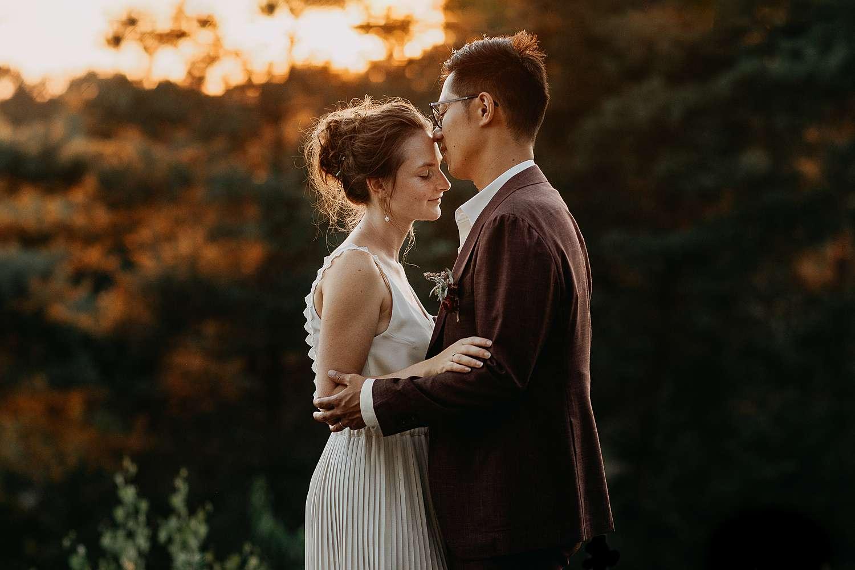 Huwelijk Hasselt bruidspaar zonsondergang