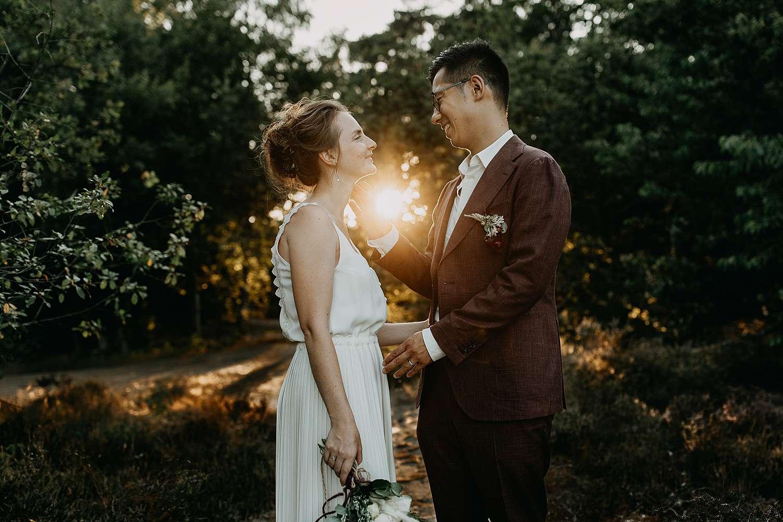 Huwelijk Hasselt koppel tijdens zonsondergang