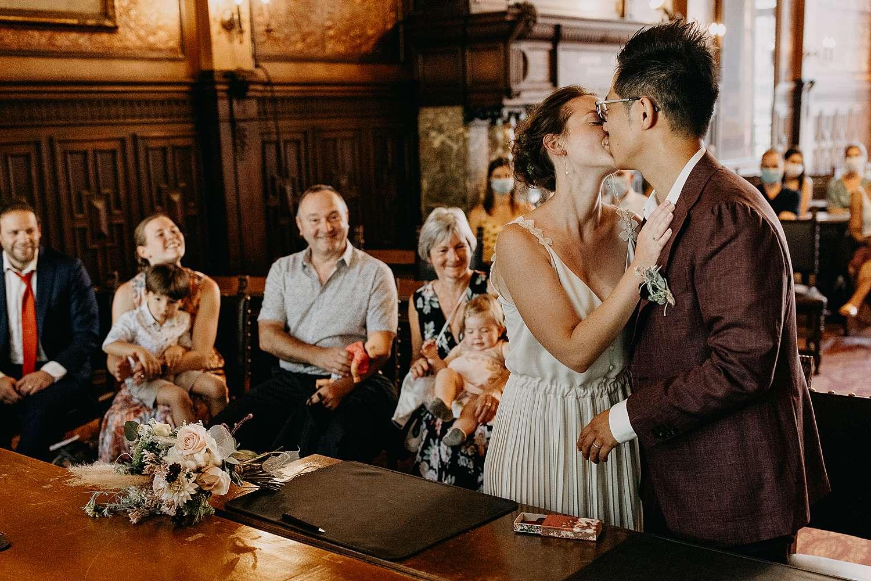 Huwelijk Hasselt stadhuis bruidspaar kust