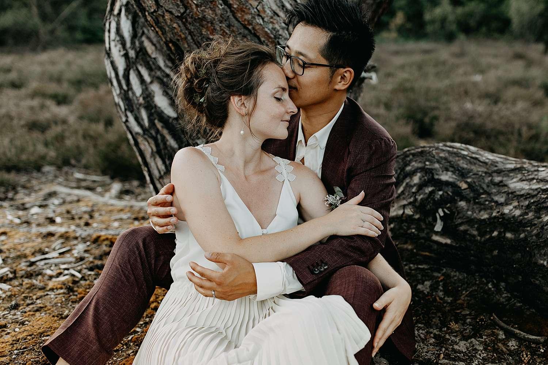 Bruidspaar ligt onder boom De Teut Zonhoven