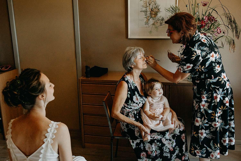 Moeder en bruidskindje bij make-up