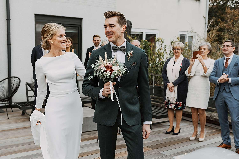 Dakterras first look huwelijk bruid groet bruidegom
