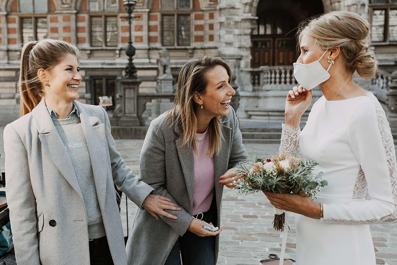 Districtshuis Borgerhout bruid groet vriendin