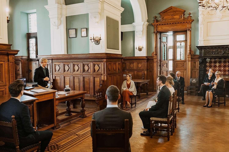 Districtshuis Borgerhout trouwkoppel luistert