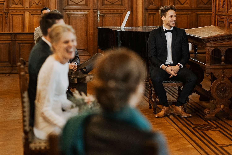Districtshuis Borgerhout huwelijk bruidspaar lacht