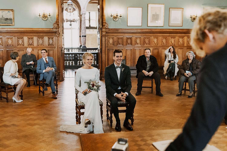 Districtshuis Borgerhout huwelijk bruidspaar zit in touwzaal
