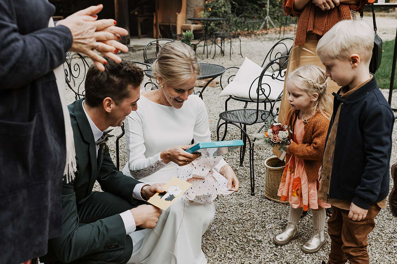 Flinckheuvel feestzaal bruid ontvangt cadeau bruidsmeisje