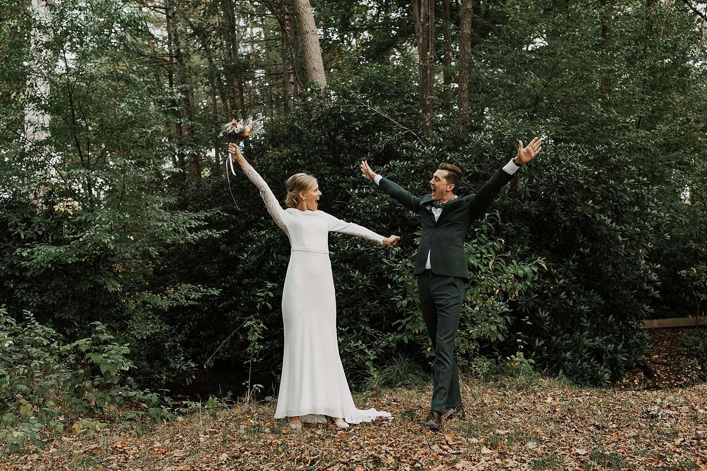 Kasteel van 's-Gravenwezel bruidspaar juicht in bos