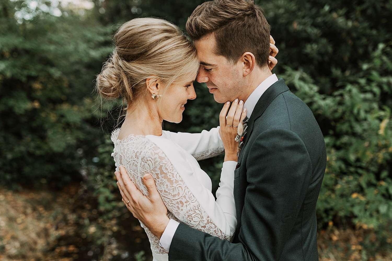 Kasteel van 's-Gravenwezel bruidspaar knuffelt