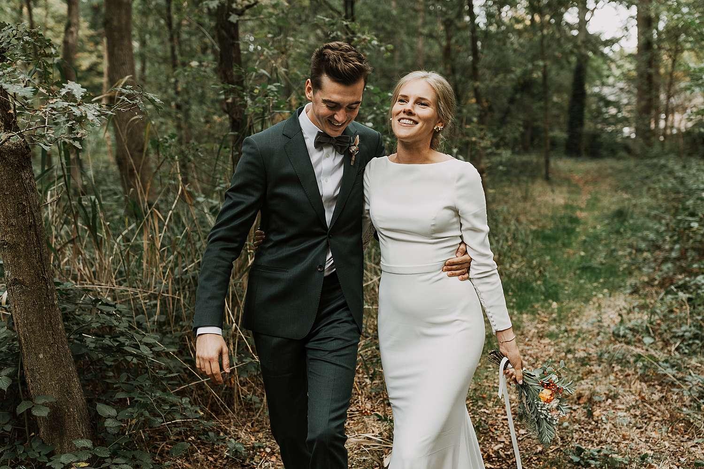 Kasteel van 's-Gravenwezel bruidspaar wandelt in bos