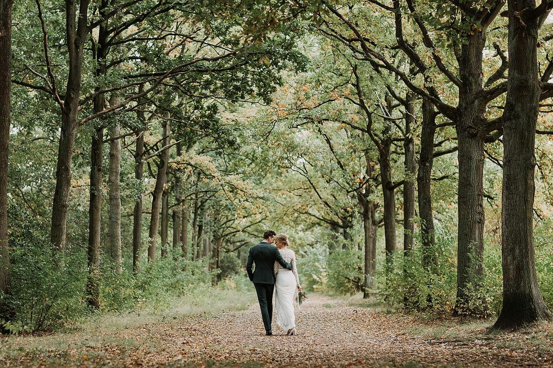 Kasteel van 's-Gravenwezel bruidspaar wandelt in kasteeldreef