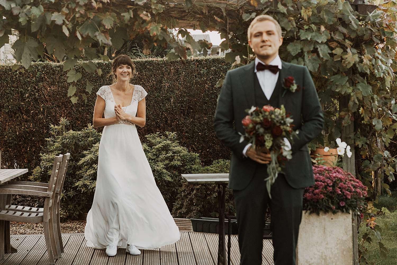 bruid wandelt naar bruidegom first look