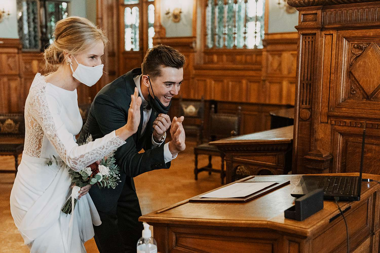 Bruidspaar in trouwzaal Districtshuis Borgerhout