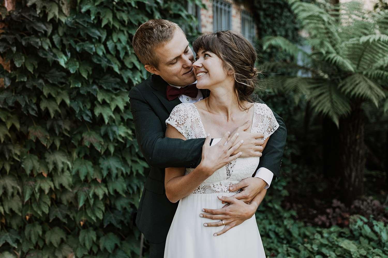 bruidspaar knuffelt in Kruidtuin Leuven